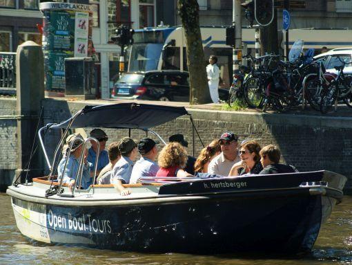 Eine Grachtenrundfahrt auf den Grachten von Amsterdam in einer offenen Schaluppe