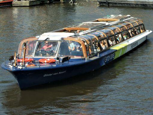 Eine Grachtenrundfahrt auf den Grachten von Amsterdam im grossen Rundfahrtboot
